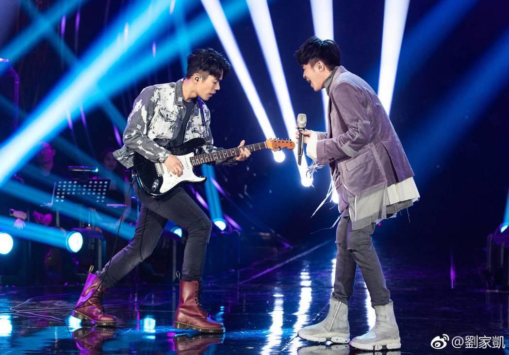 家凱(左)和吳青峰默契十足。圖/摘自微博