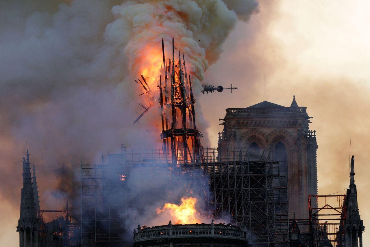 巴黎聖母院遭大火吞噬,尖塔倒下一刻,圍觀者驚呼聲四起。目前起火原因仍不明,BBC...
