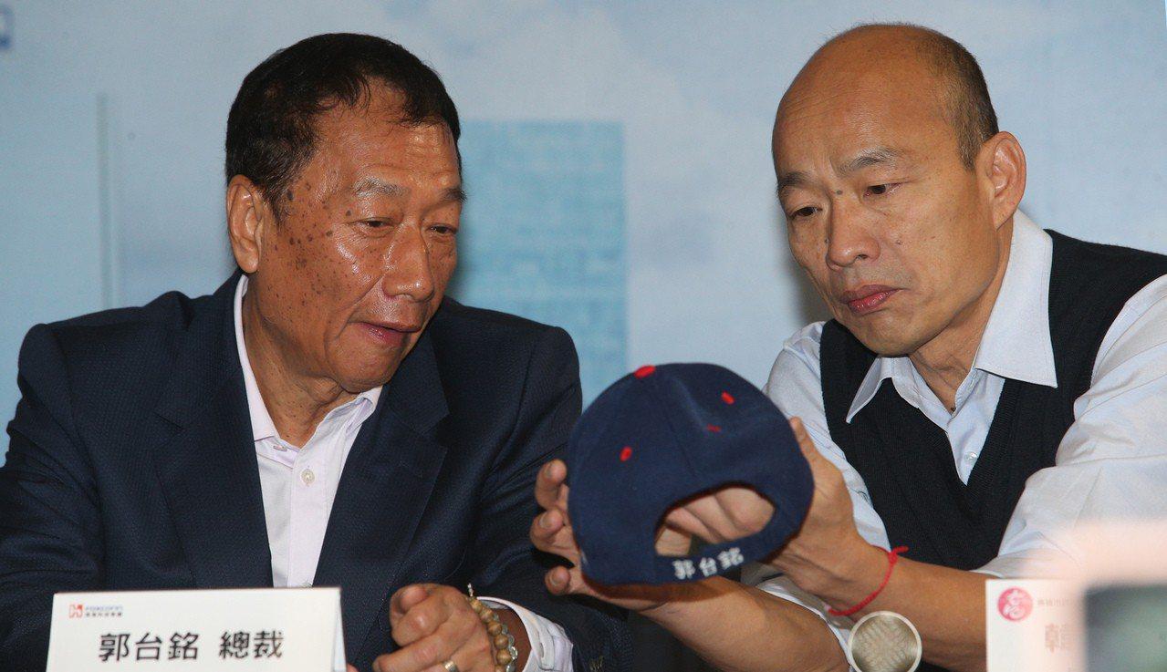 郭台銘(左)今天鬆口表示,參選總統一事「這幾天將做決定」,根據一項民調顯示,國民...
