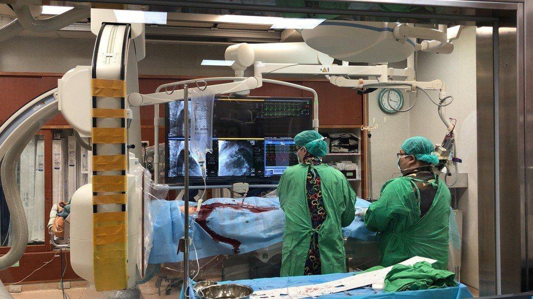 台大醫院雲林分院小兒部主治醫師林杏佳(左)投入兒童及成人的先天性心臟病心導管手術...