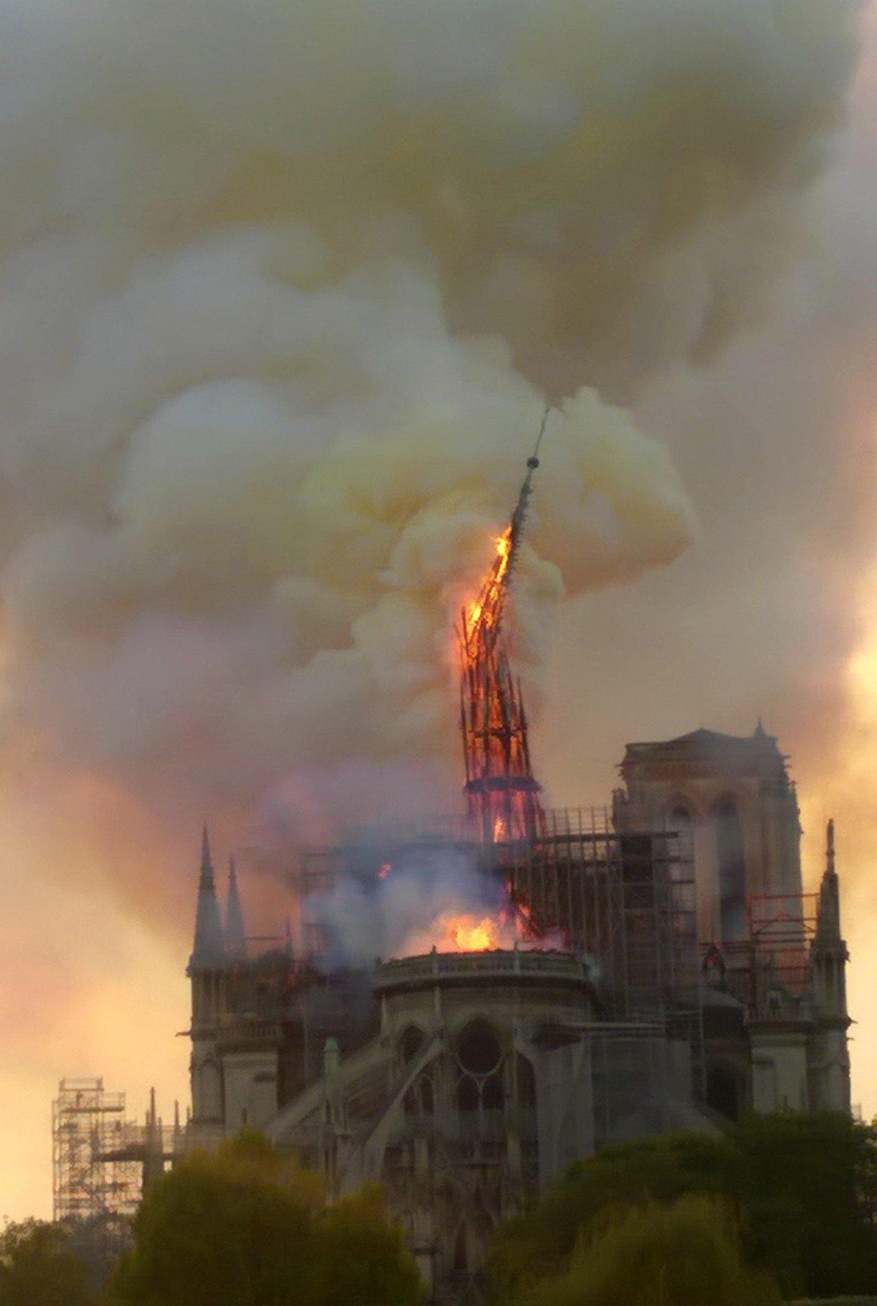 巴黎聖母院的尖塔和被稱為「森林」的屋頂木質結構,在15日的大火中被燒毀。美聯社
