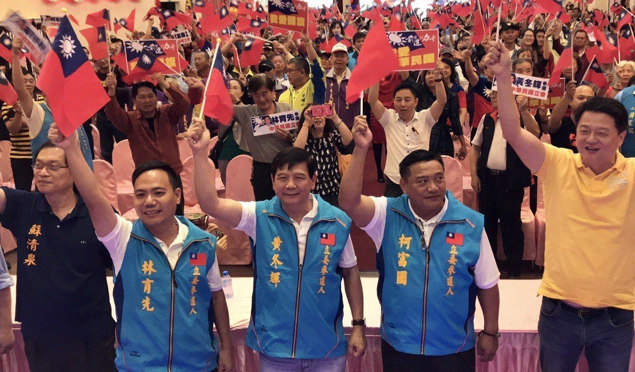 國民黨籍的黃冬輝(中)、林育先(左)及柯富國(右)三人組成「軍公教連線」力拼代表...
