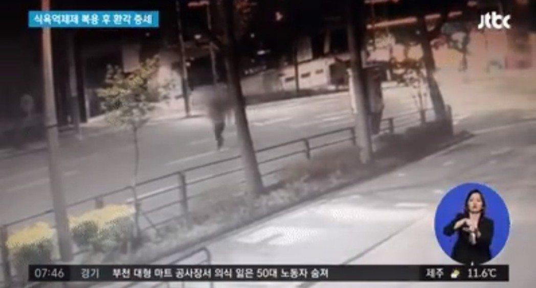 楊男橫越馬路。圖/摘自JTBC