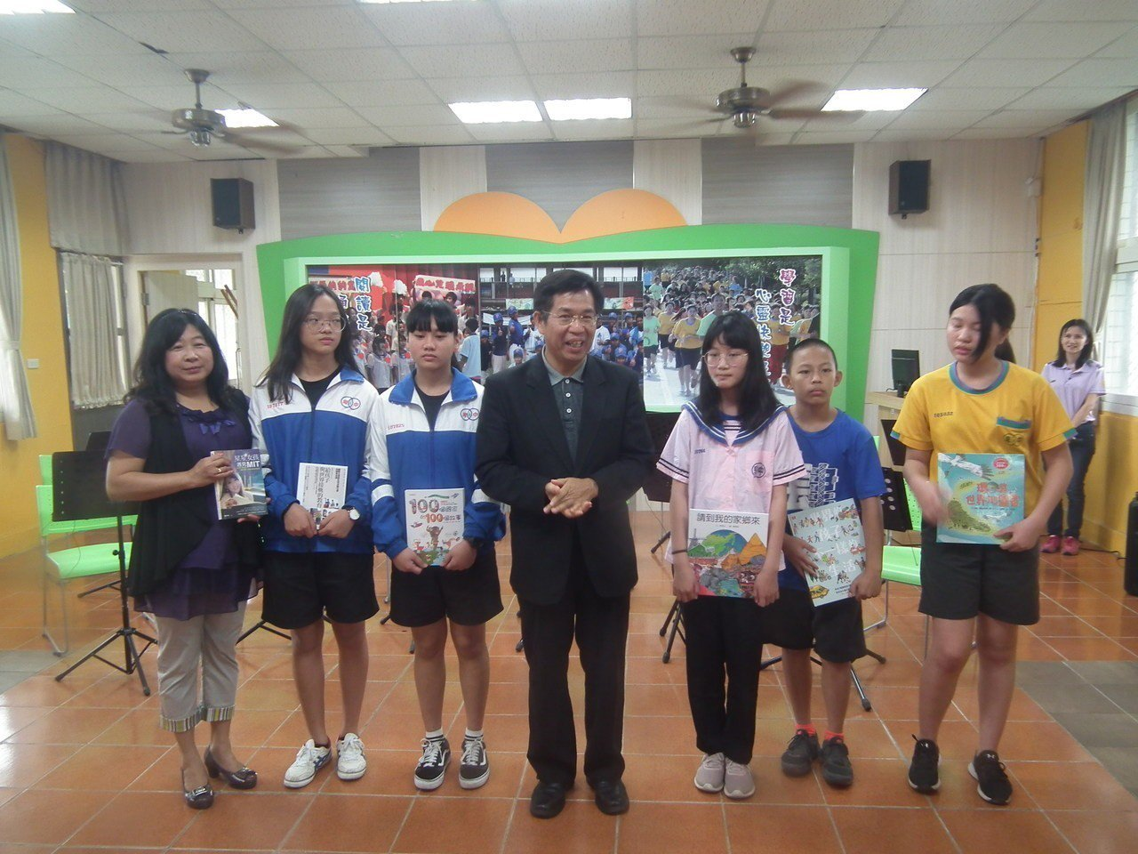 教育部長潘文忠致贈卑南國中6本書籍,鼓勵學生多閱讀,充實自己學識。記者尤聰光/攝...