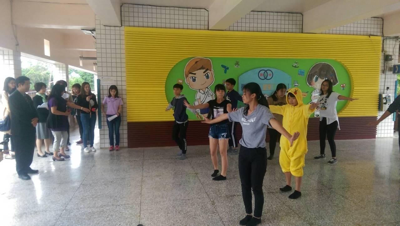 教育部長潘文忠(左一)今天來到台東卑南國中慰問,學校安排一二三木頭人行動舞蹈表演...