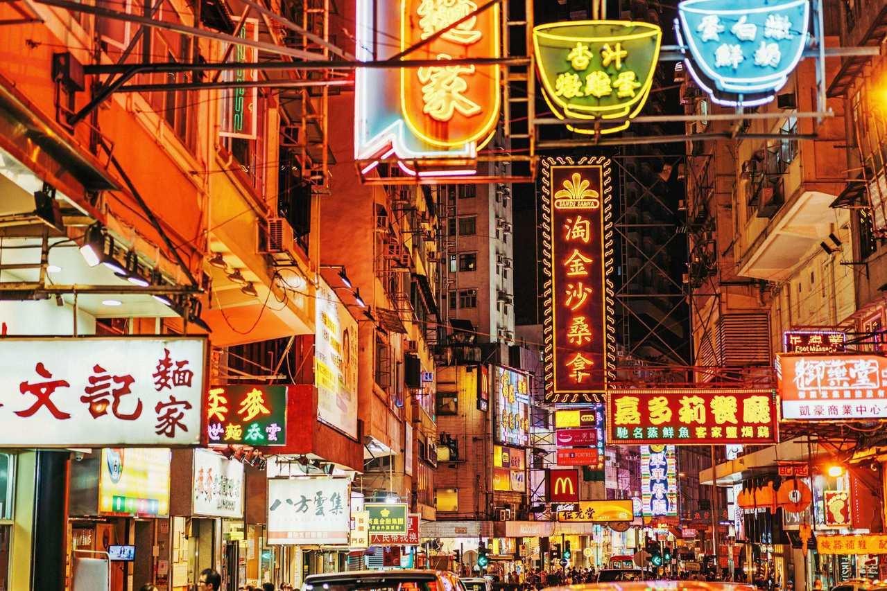 「香港」不僅是購物天堂,更是一座美食城市,狹小的城市有許多舉世聞名的傳統料理。舉...