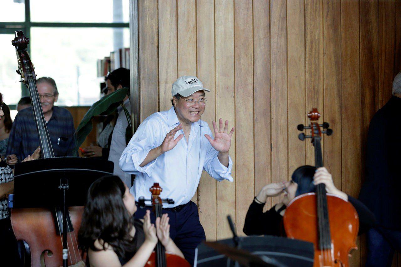 華裔大提琴家馬友友13日在墨西哥新拉雷多市現身一場露天音樂會,與墨西哥學生一起演...