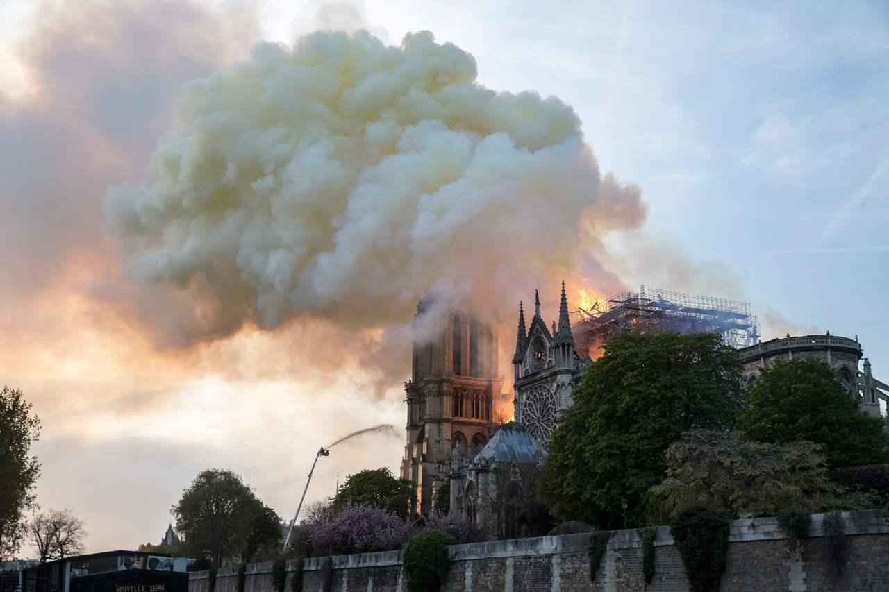 巴黎聖母院15日深陷火海,消防專家解析這場火災難以灌救的原因主要有三個。法新社