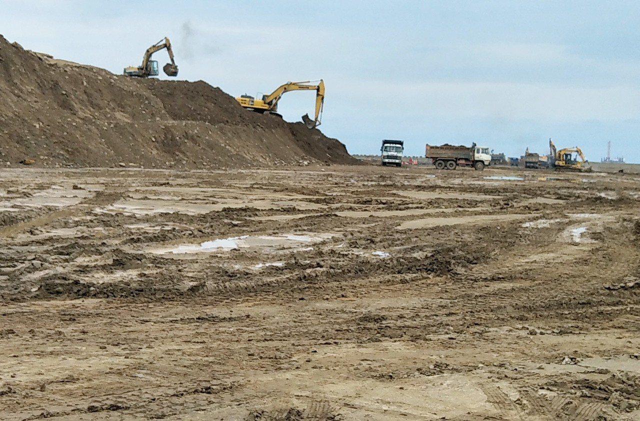 中油第三天然氣接收站工程悄悄啟動,機具開進觀塘工業區進行施工填地作業。本報資料照...