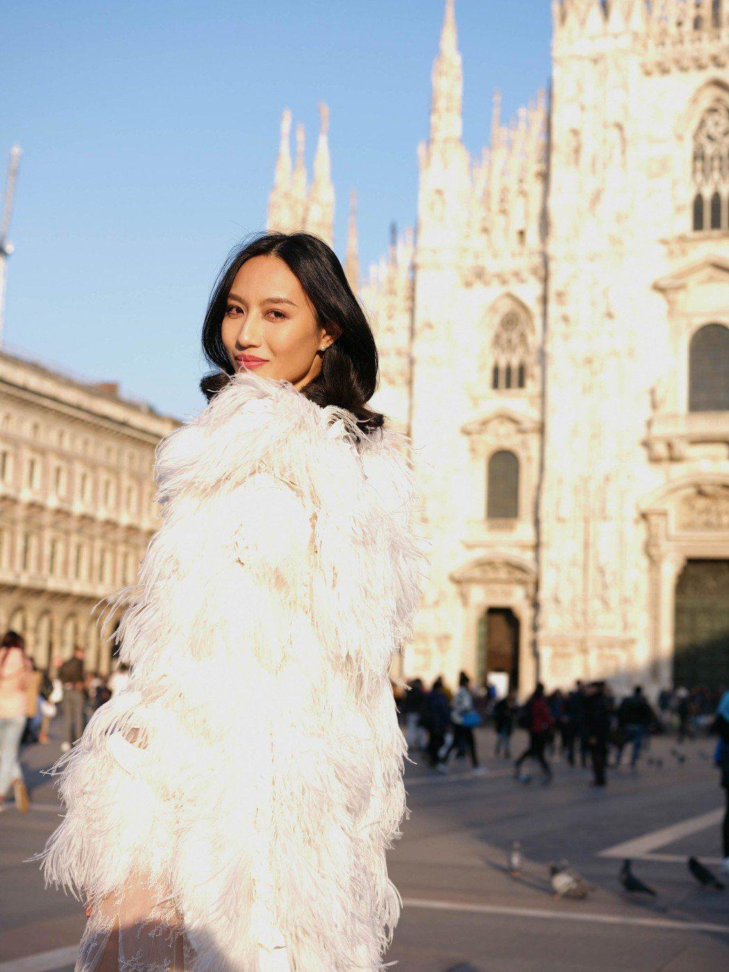 邱馨慧到米蘭教堂拍婚紗照。圖/凱渥提供