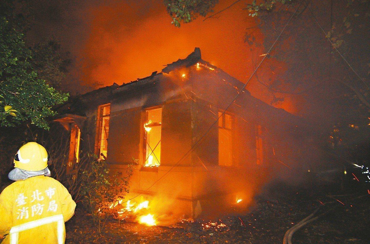 和殷海光故居相連的台大日式木造平房建築公共宿舍2013年被人縱火,付之一炬。本報...