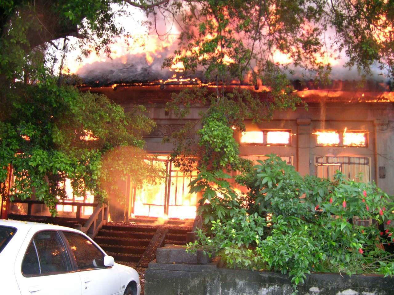 被列為歷史建築的日據時期台中刑務所演武場2006年遭人縱火,被大火吞噬。本報資料...