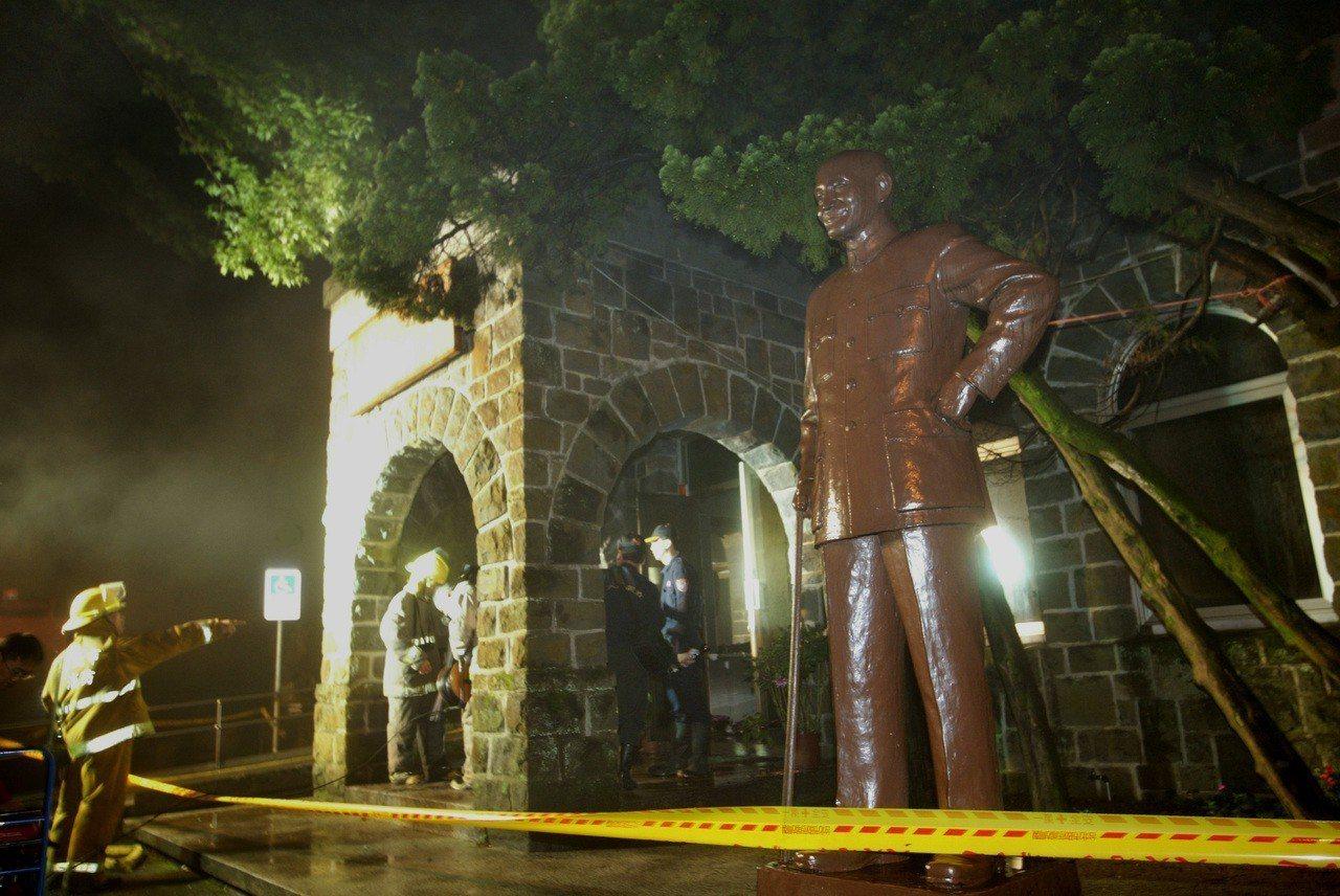 陽明山「草山行館」2007年遭人縱火,室內燒毀百餘坪,只有門面及矗立的蔣公銅像還...