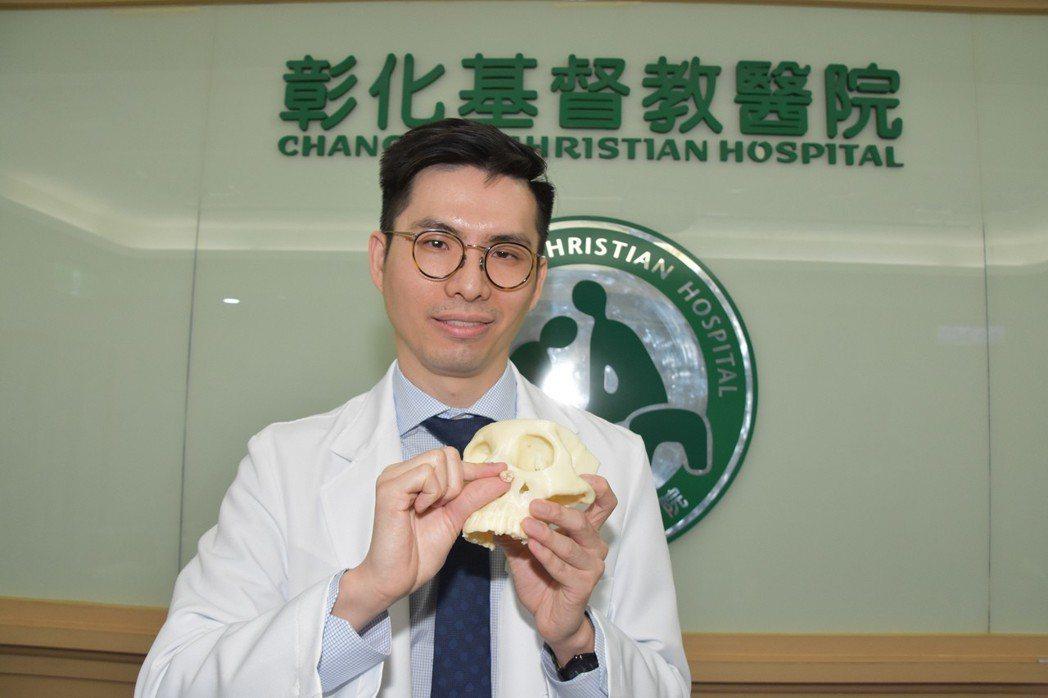 彰基醫師蘇竣揚採用階段性治療,先利用「造袋術」對嚕嚕的囊腫減壓,讓囊腫縮小。照片...