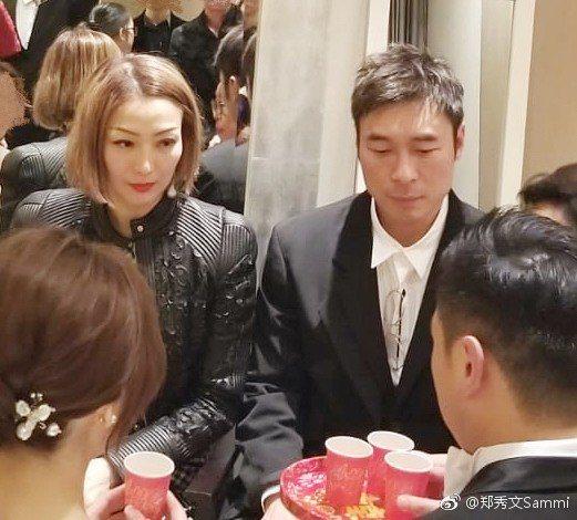 鄭秀文(左)、許志安上月一起出席友人的婚禮。圖/摘自微博