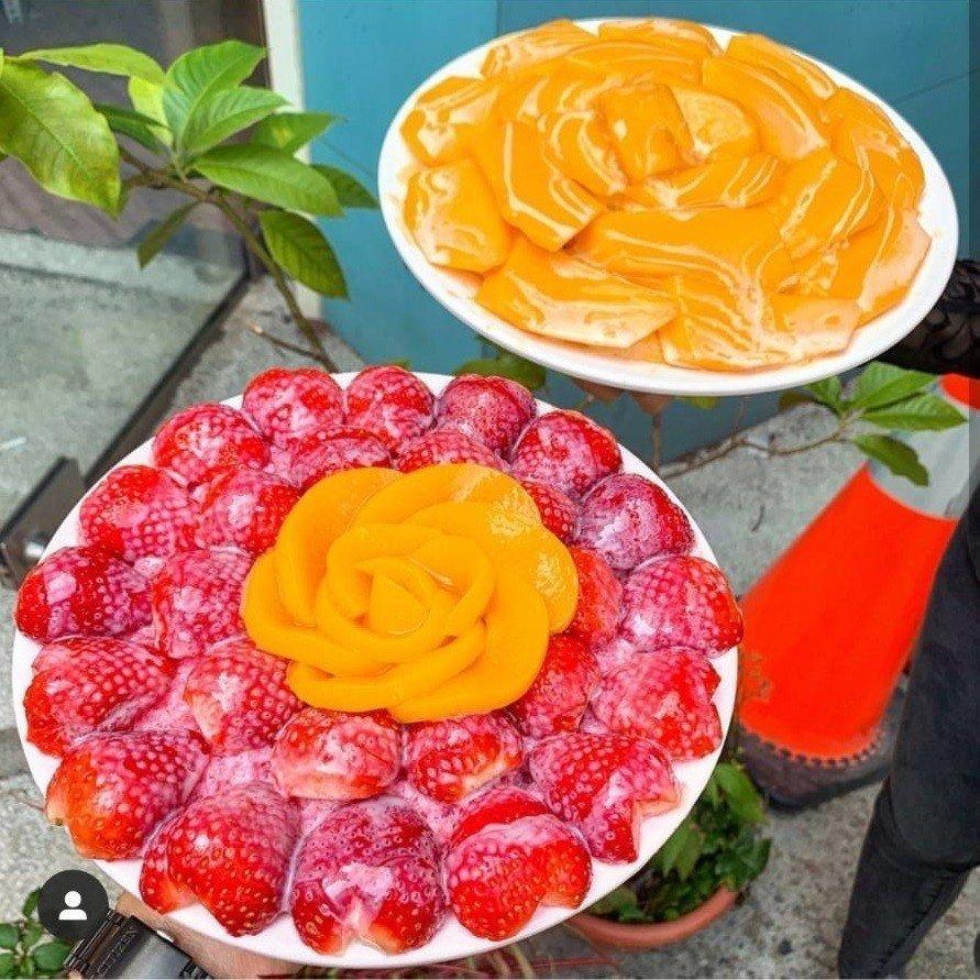 位於台中龍井的「東海何媽媽冰店」,草莓蜜桃牛奶冰與芒果牛奶冰。圖/IG@st...