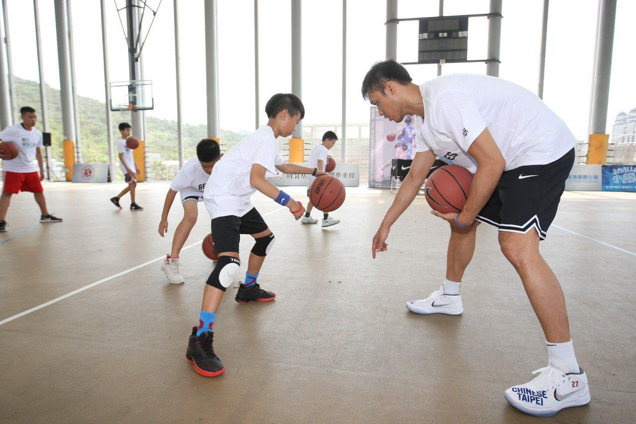 林志傑親自指導學員運球動作。圖/展逸國際企業提供