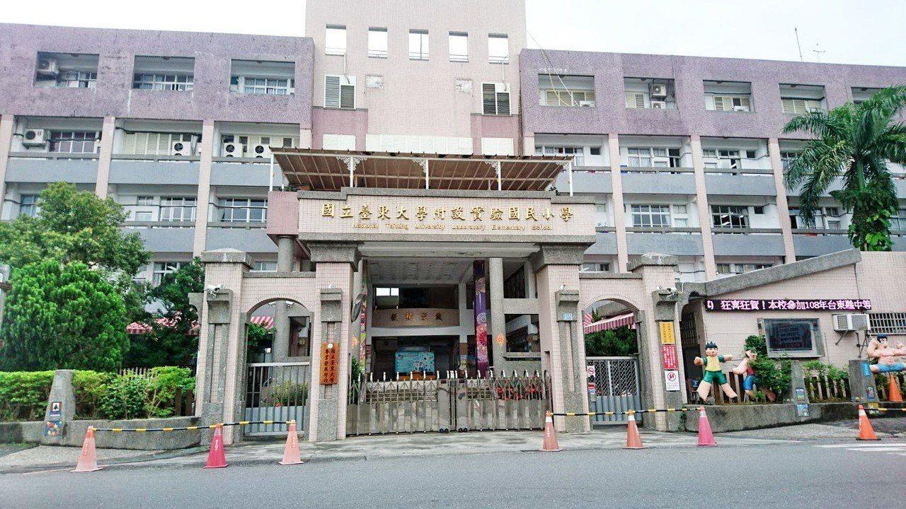 台東大學實小有一班級內10人疑似感染A型流感,昨天起全班停課一周,以防疫情在校園...