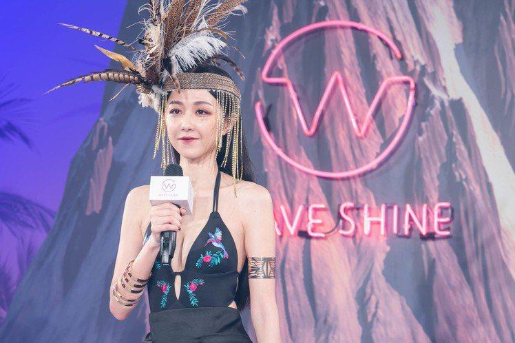 邵雨薇為泳裝品牌美波神器WAVE SHINE走秀,壓軸現身的她穿著一件深V黑色連...
