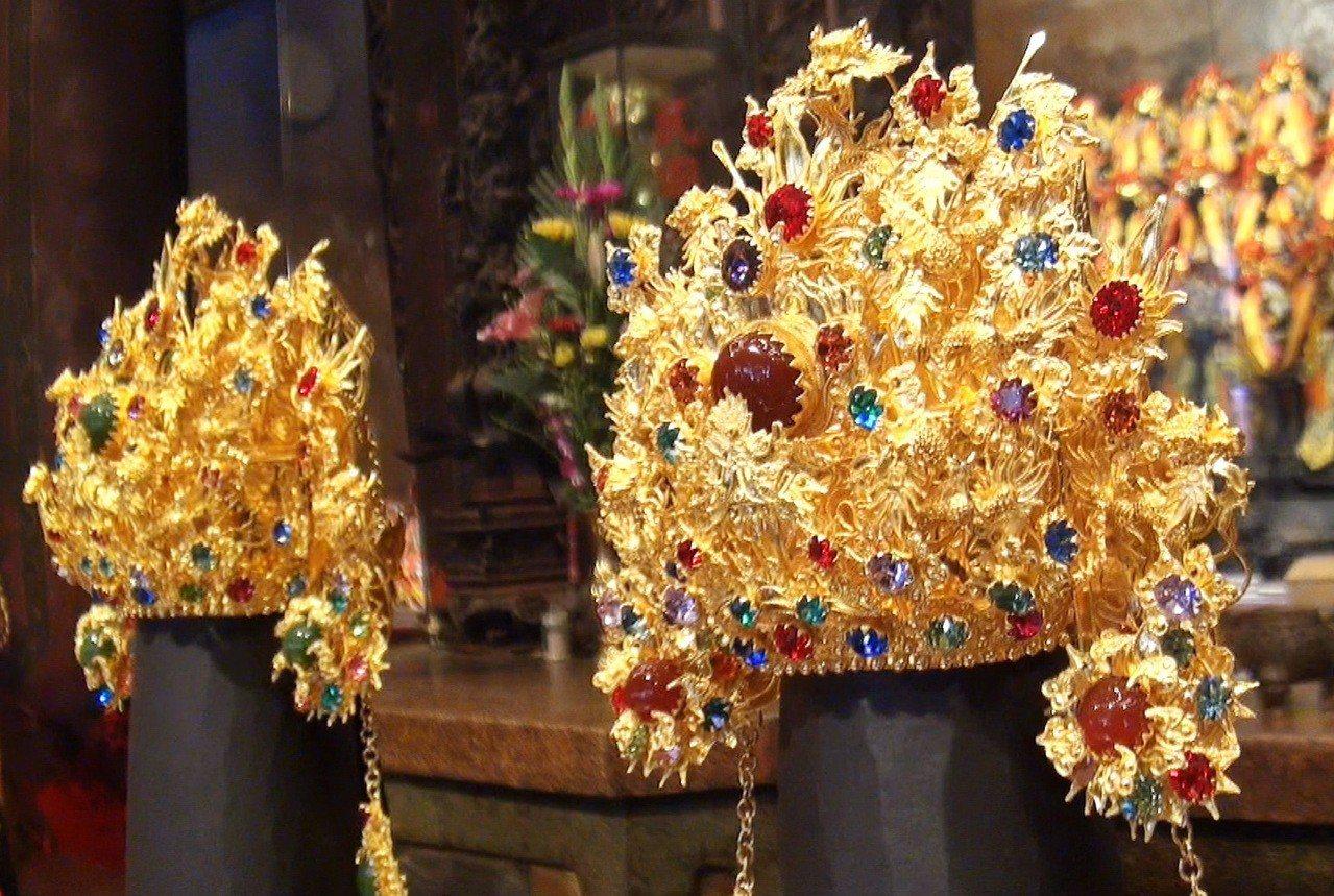 北港武德宮大手筆以600萬元,用4公斤黃金為五路財神打造閃亮亮的純金金冠,工法細...