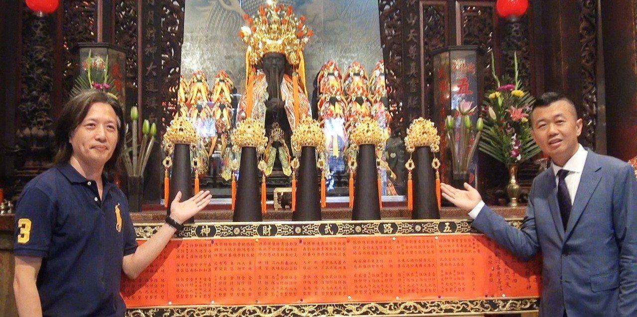 北港武德宮大手筆以600萬元,延聘鑄金大師蘇建安(左)用4公斤黃金為五路財神打造...