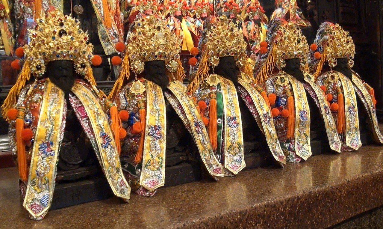 北港武德宮大手筆以600萬元,用4公斤黃金為五路財神打造閃亮亮的純金金冠,作為財...