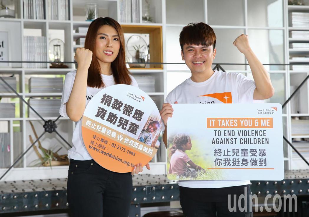 台灣世界展望會舉行2019「終止兒童受暴 你我挺身做到」記者會,網紅蔡阿嘎(右)