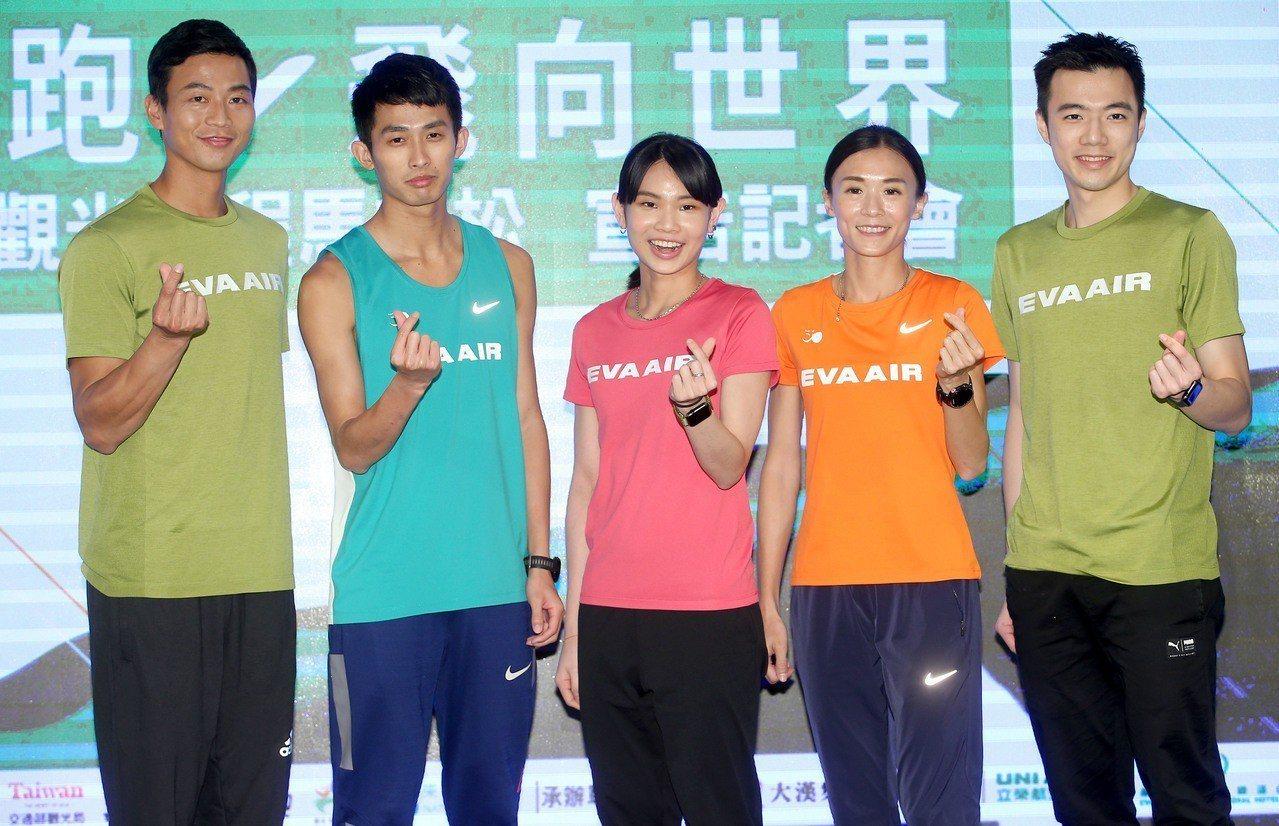 盧彥勳(左一)、周庭印(左二)、戴資穎(左三)、謝千鶴(右二)和王子維今天為長榮...