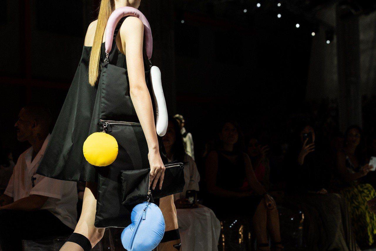 Prada去年發表2019春夏系列,秀上搶先揭露與女建築師Cini Boeri、...