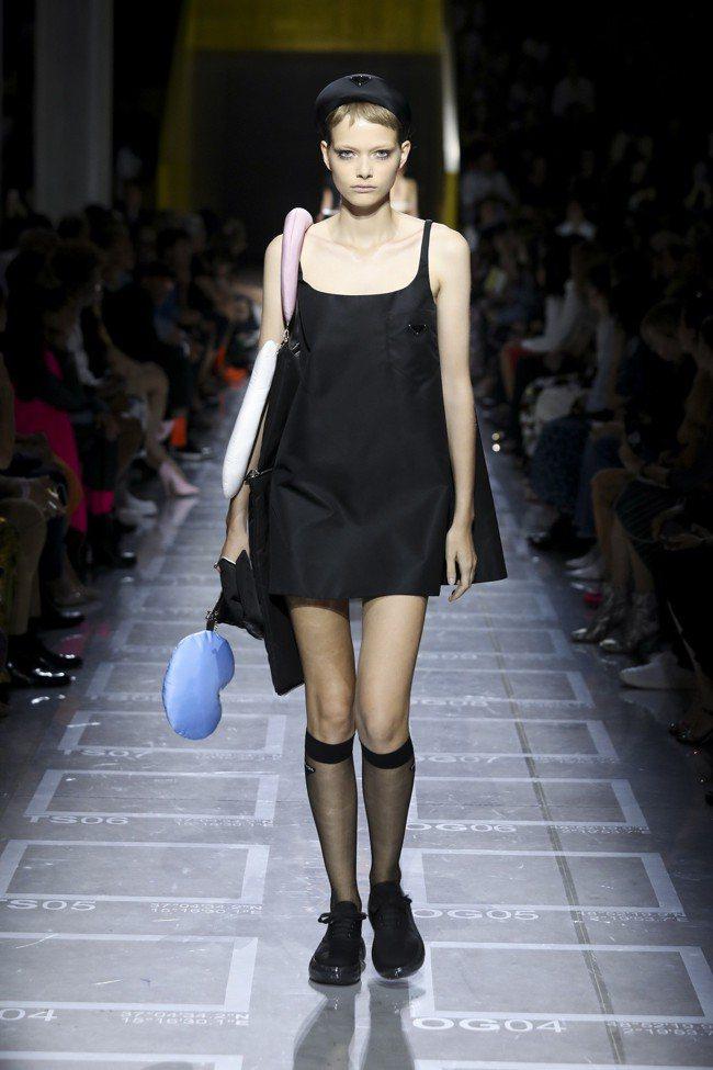 妹島和世 (Kazuyo Sejima)打造色彩繽紛可愛的長袋daln和彎型袋。...