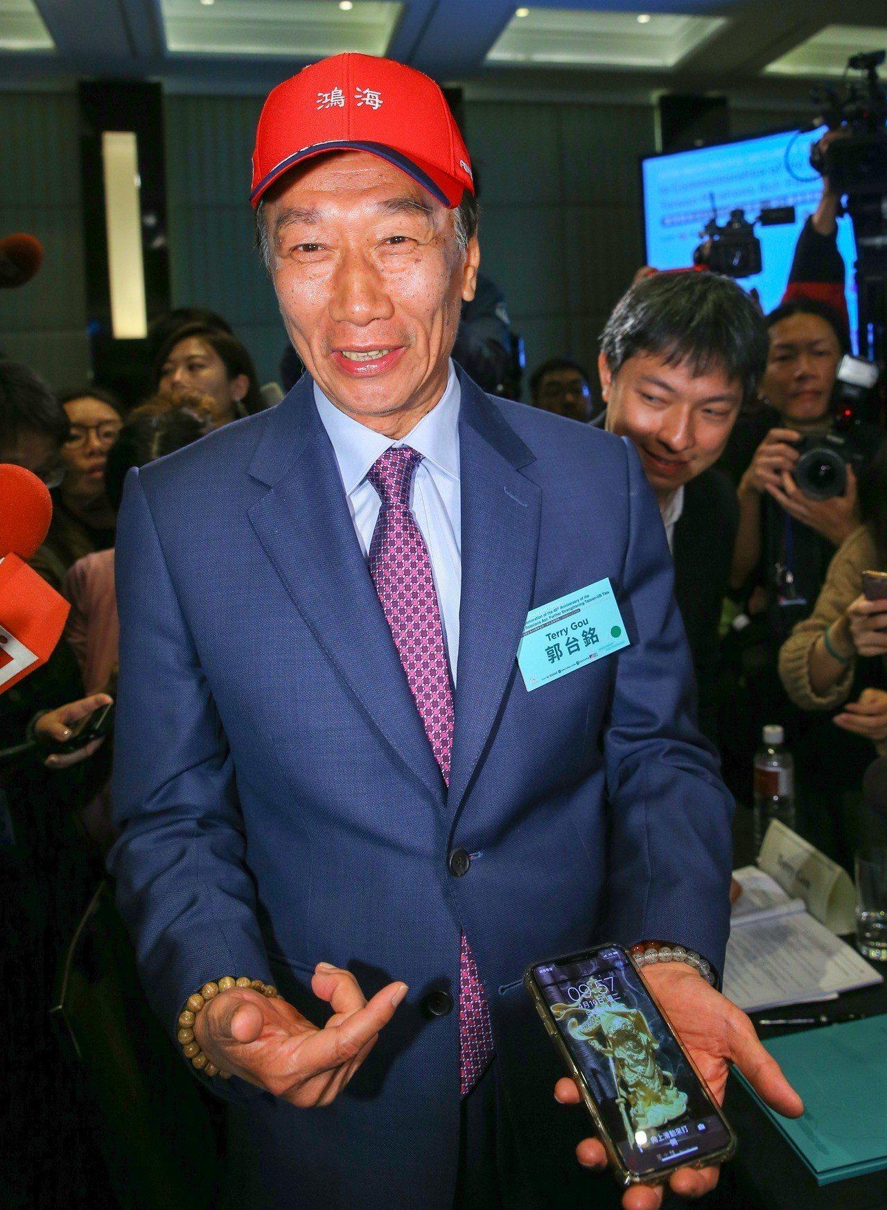 鴻海董事長郭台銘上午出席印太論壇,媒體提問是否考慮選總統,他說,參選總統將向國人...