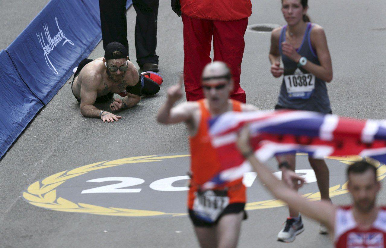 美國前海軍陸戰隊士兵赫恩登(Micah Herndon)15日參加波士頓馬拉松,...