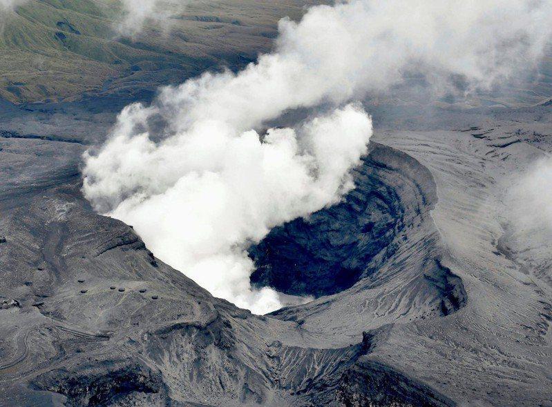 日本九州的阿蘇火山16日出現噴火,圖為2016年噴發時景象。(路透)