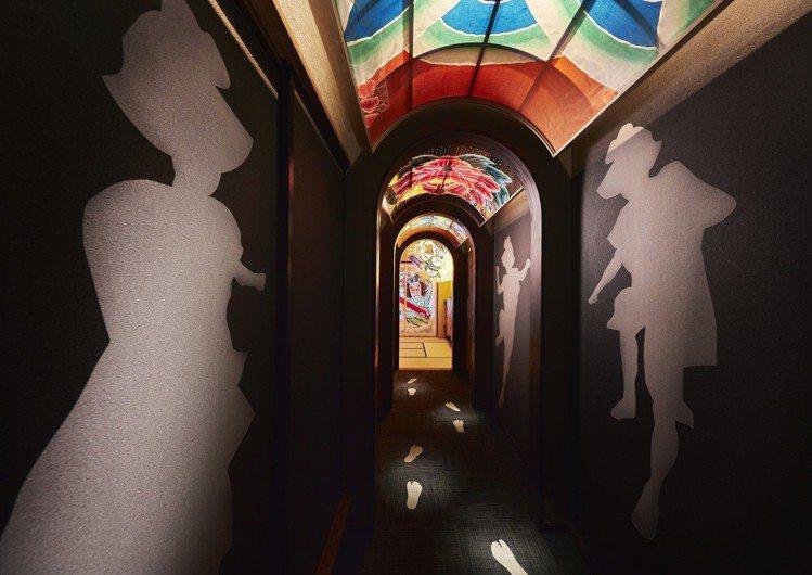 連結玄關和客廳中的「跳人走廊」,地上繪製有遊行時的腳步足跡。圖/湯桂禎旅行社提供