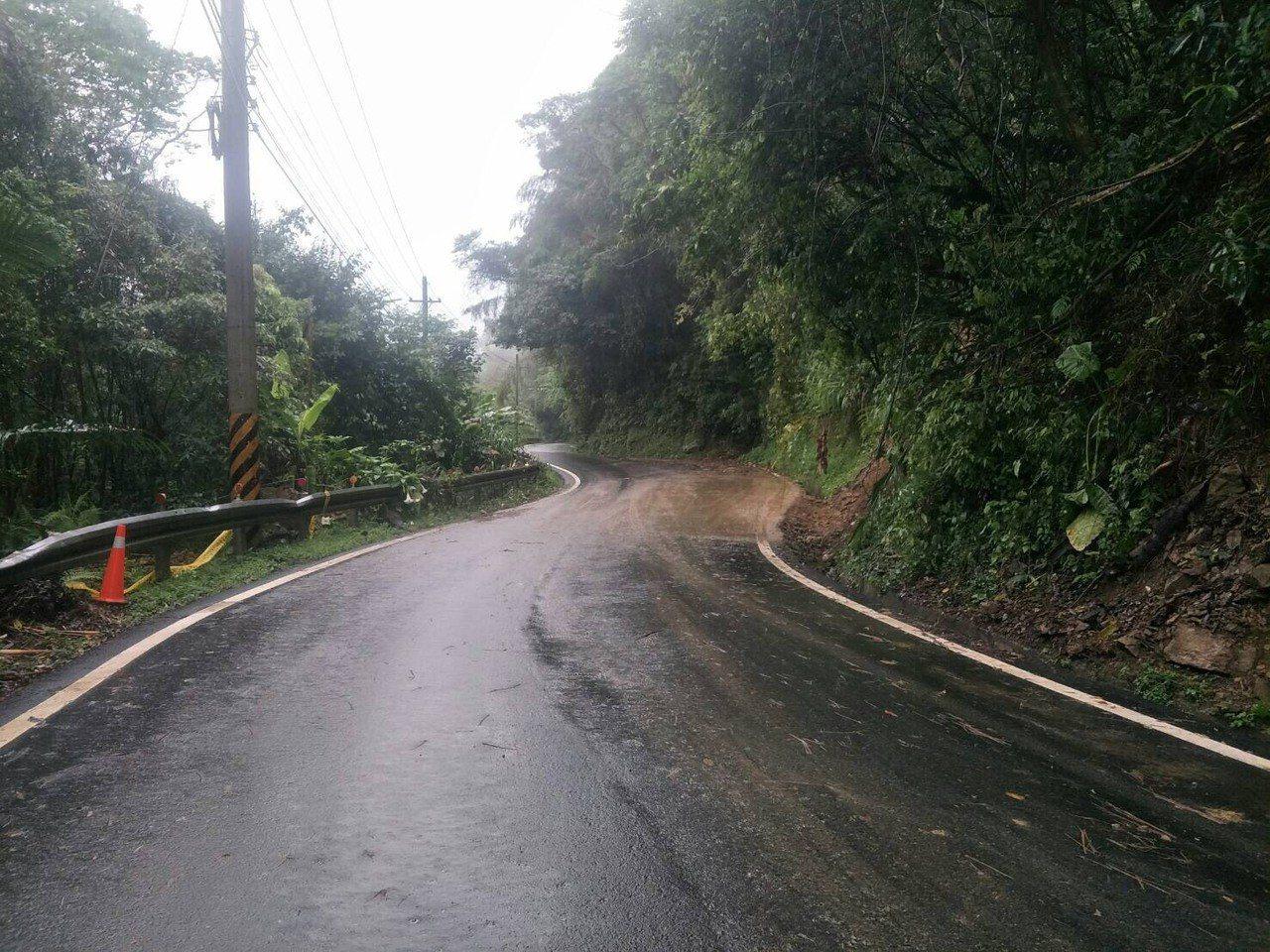 經縣府工務處搶通後,在下午5點左右,竹122線「南清公路」約37公里處已恢復雙向...