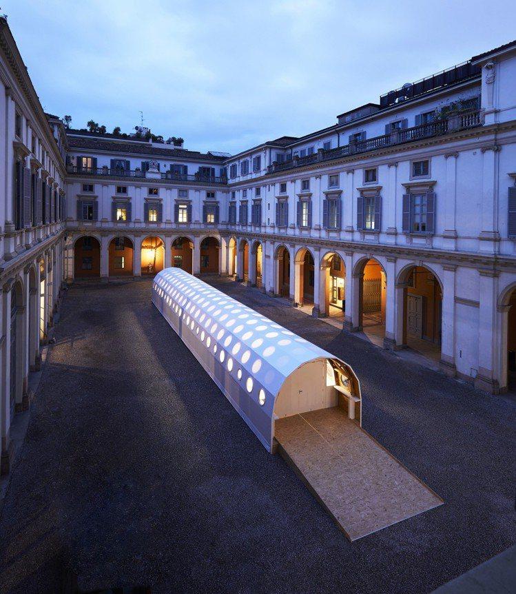 米蘭設計周期間路易威登展出坂茂的臨時紙造建築。圖/LV提供