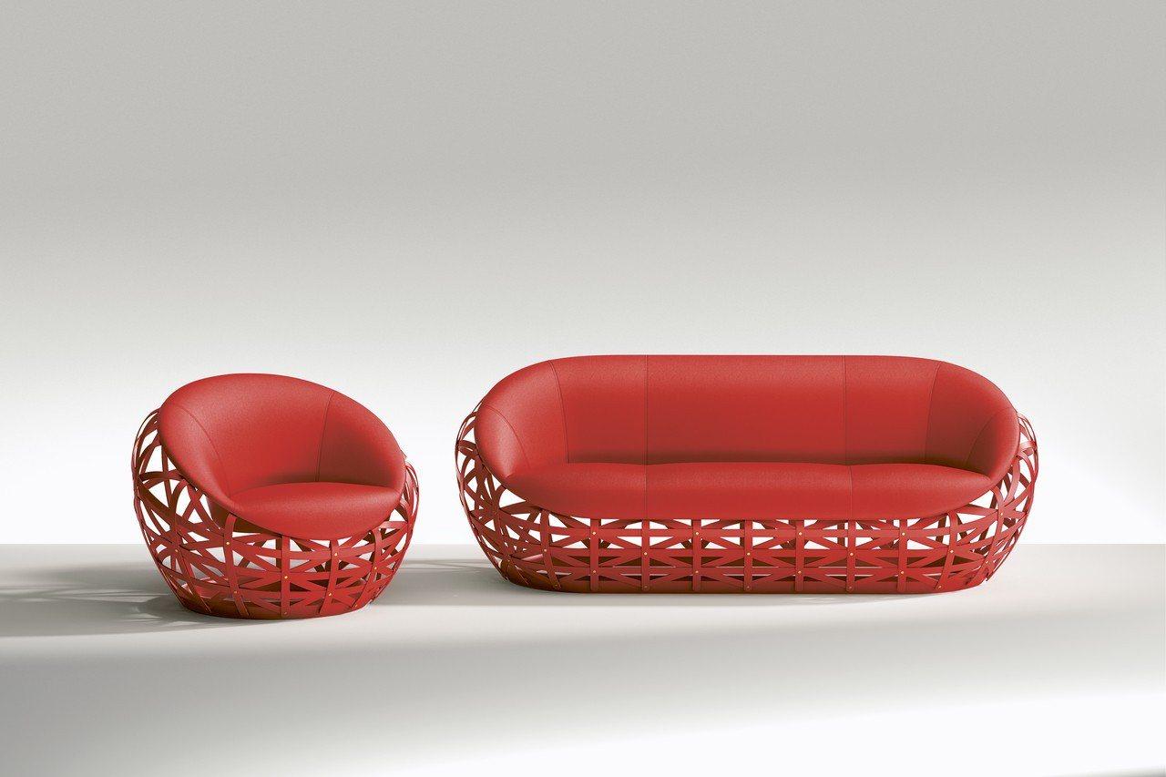 鑽石沙發運用弧面的梣木木板打造拱形的柵籠結構,包覆著懸空的座椅殼。圖/LV提供