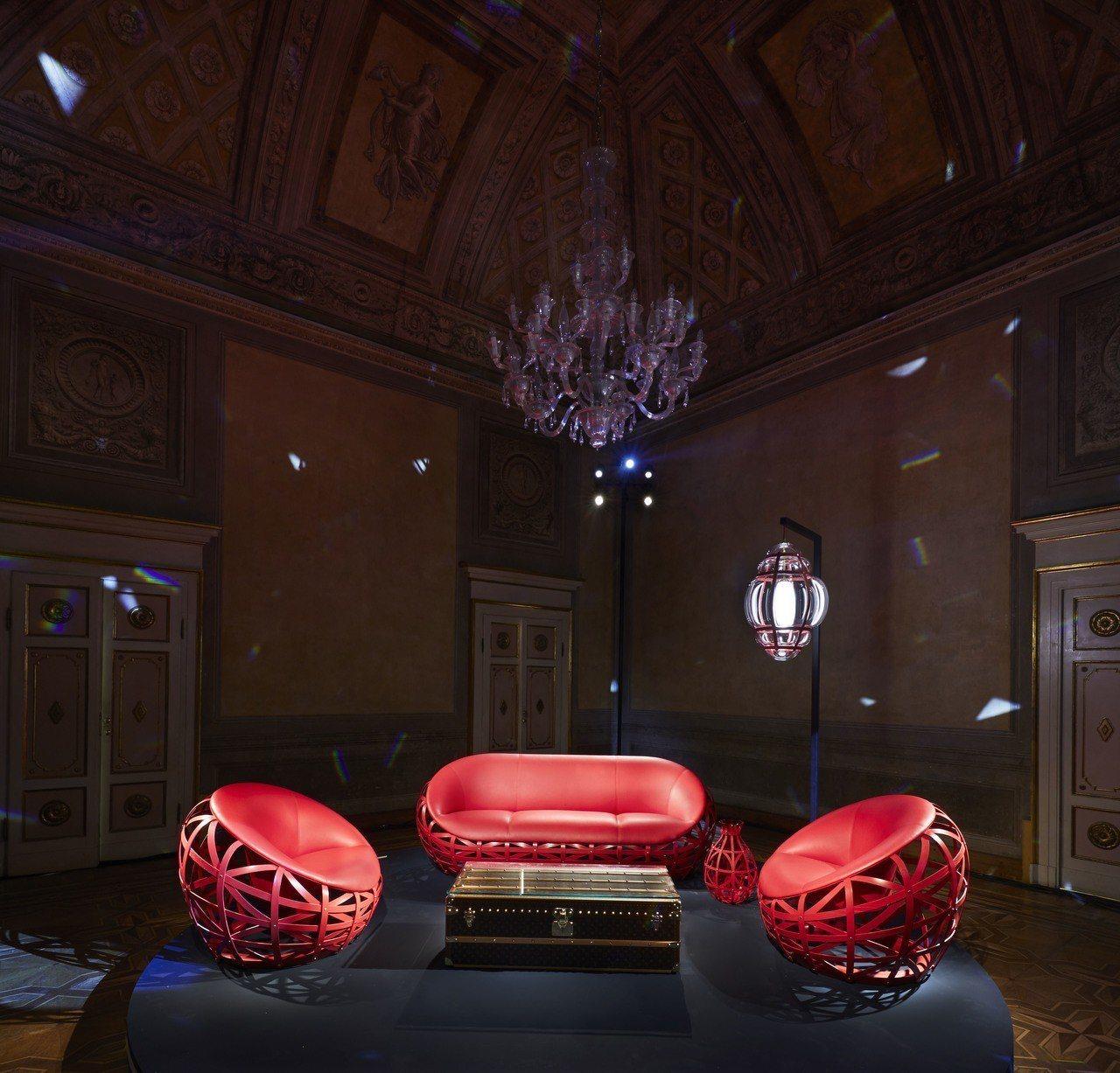 Marcel Wanders設計的鑽石沙發運用弧面的梣木木板打造結構;鑽石花瓶則...