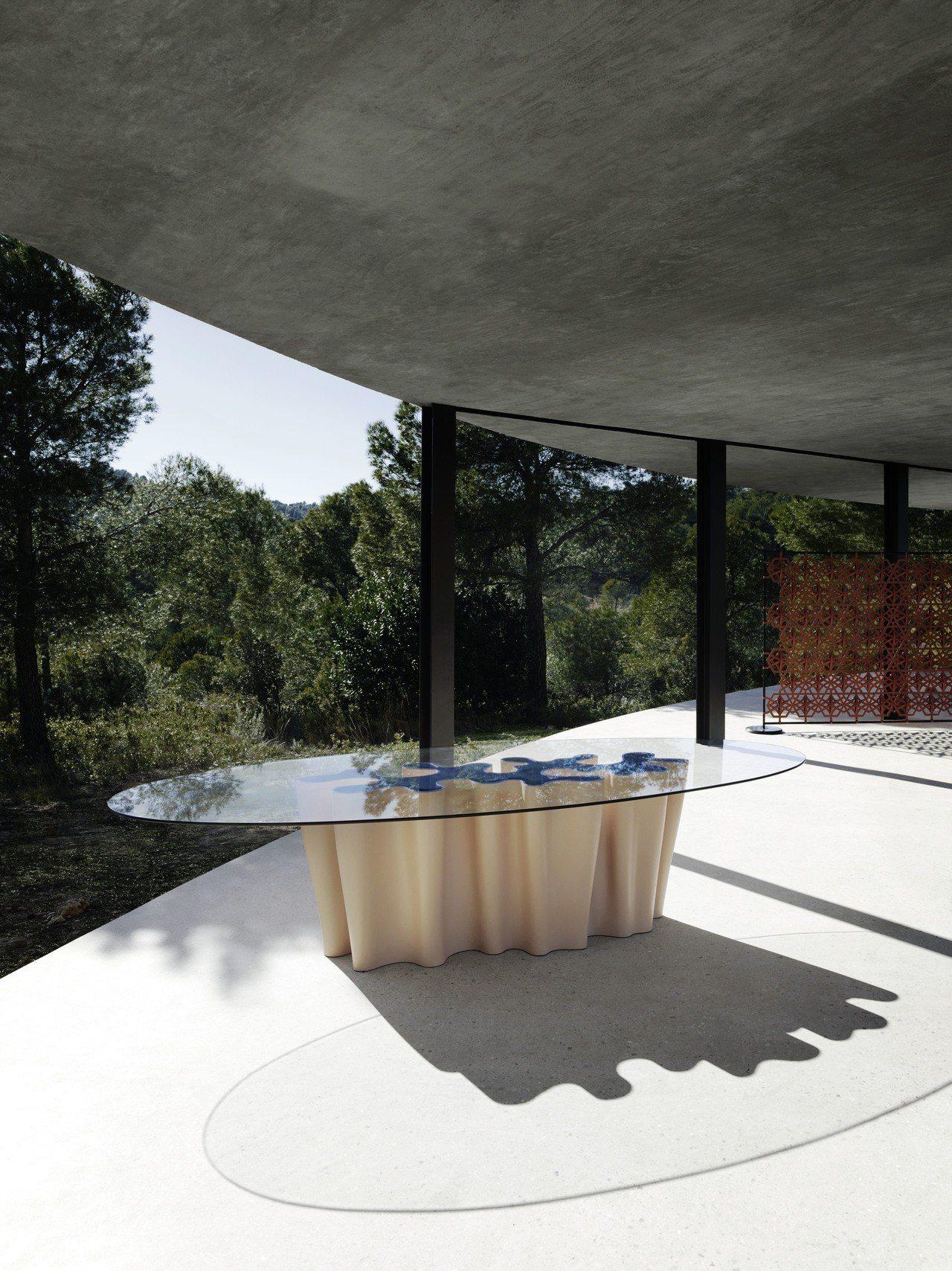 Atelier Biagetti打造了Anemona玻璃餐桌,展現海洋的意象。圖...
