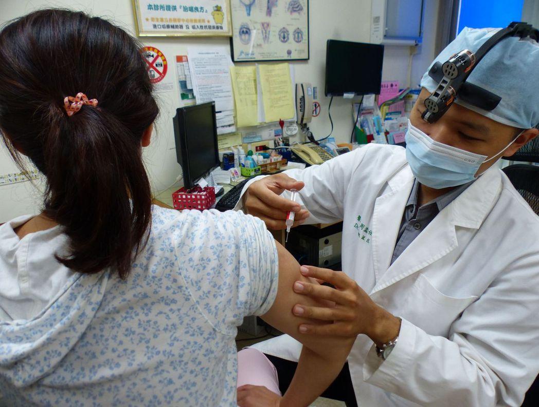 台中市衛生局長曾梓展呼籲,麻疹傳染力強,民眾進出公共場所應戴口罩、勤洗手,落實生...