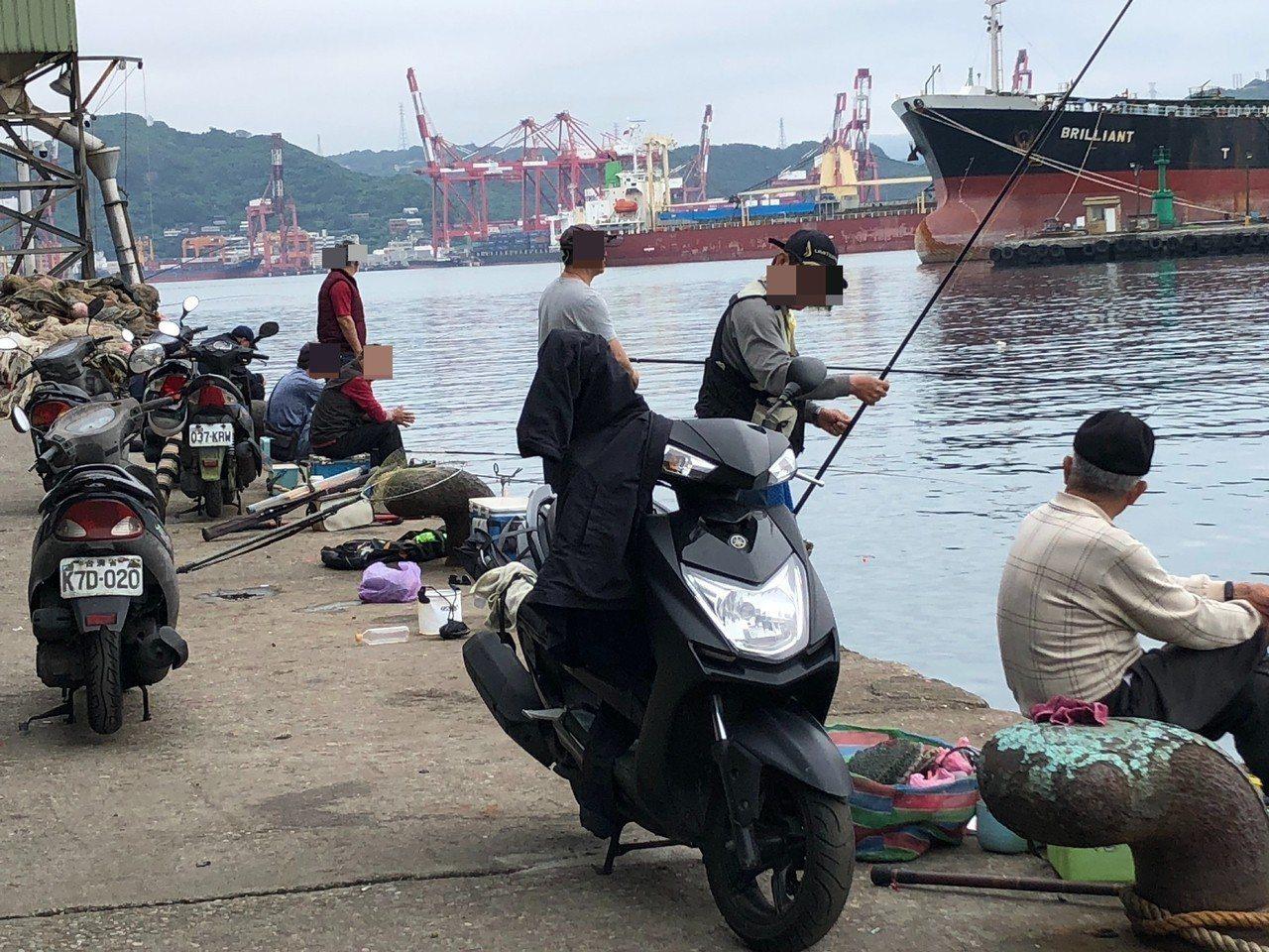 漁業署今天與基隆市政府、基隆區漁會及釣魚團體等,到基隆正濱漁港、八斗子漁港討論釣...