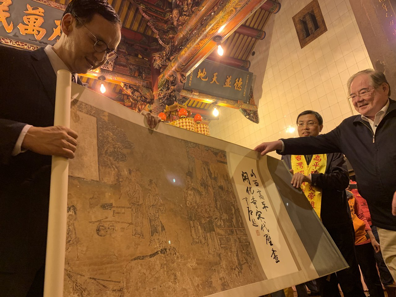 新北市前市長朱立倫(左)今晚參加中國大陸山西高平神農炎帝聖駕來台巡境活動,對方送...