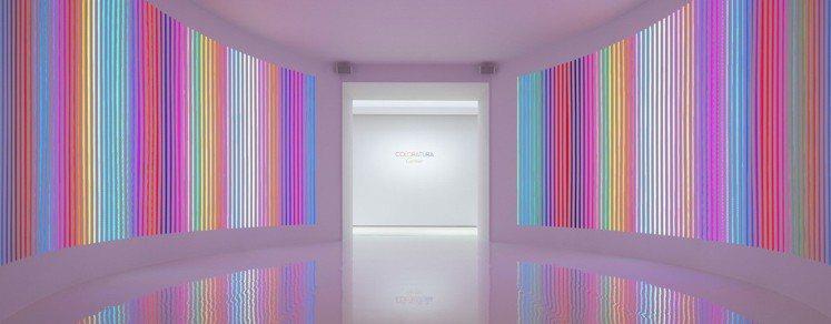 展覽入口感應式的彩虹燈光點出律動與色彩兩大設計主軸。圖/卡地亞提供