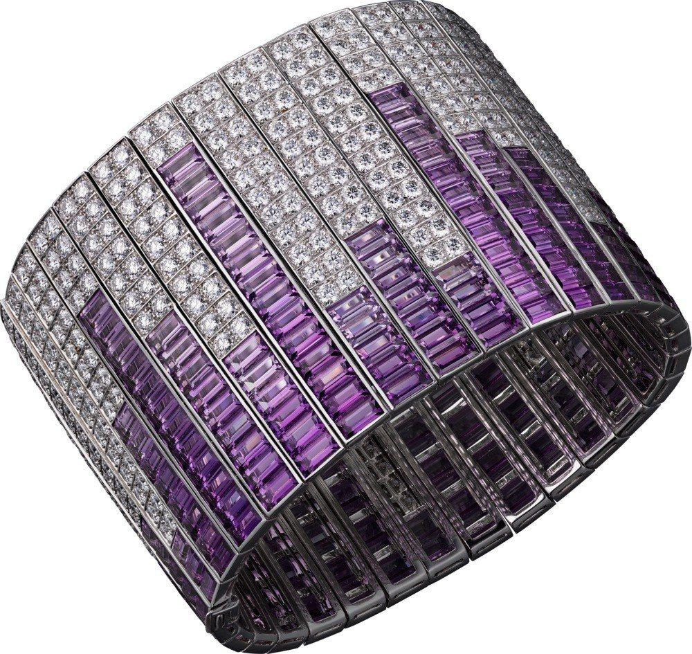 侯佩岑配戴SOUND 鑽石手環,紫水晶與鑽石,2,060萬元。圖/卡地亞提供