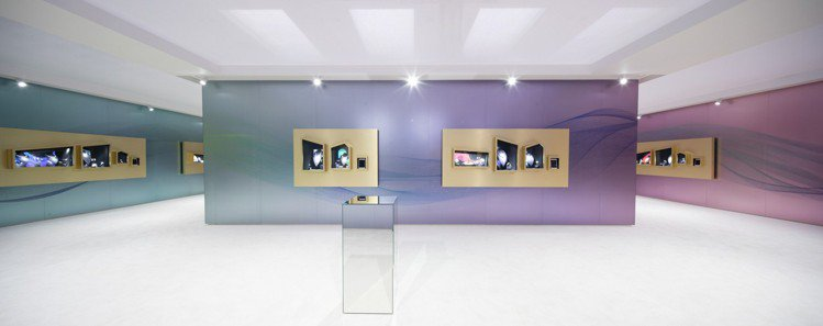 展覽現場空間設幾以白色為基調,襯托彩色視覺。圖/卡地亞提供