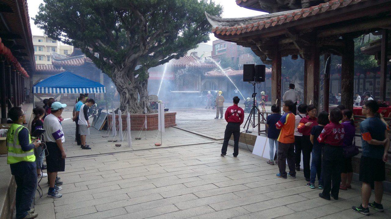 彰化縣文化局和消防局在鹿港龍山寺舉辦消防救災演練。照片/文化局提供