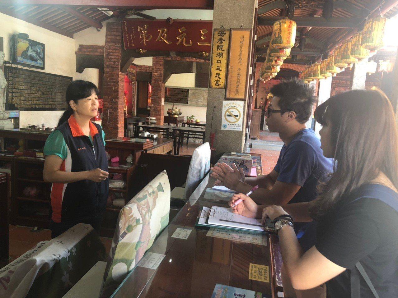 大葉大學師生到新竹縣湖口三元宮,與管理人面對面意見交流的情形。照片/周中祺提供