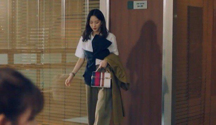 韓藝瑟在《Big Issue》以經典Tempete手袋穿搭。圖/取自SBS TV