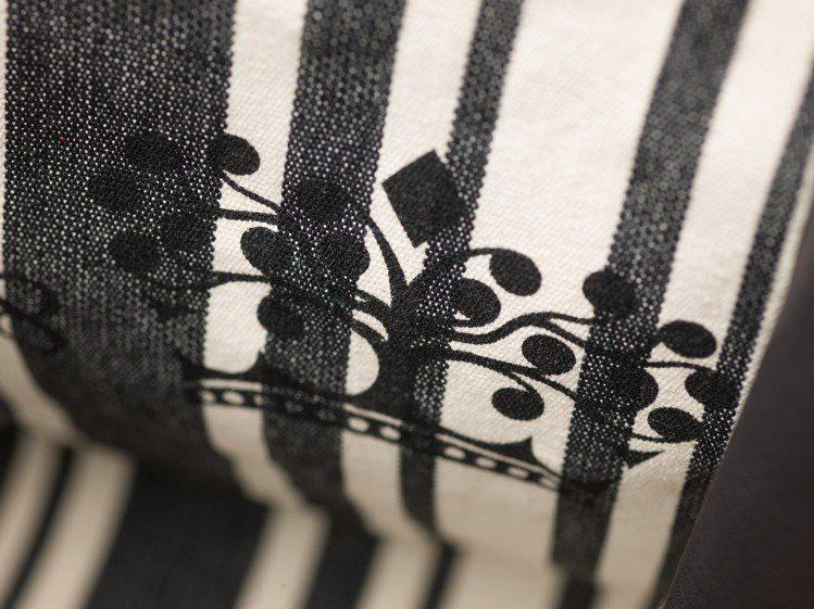 Brillant L'XXL內層為條紋帆布,並有DELVAUX的皇冠標誌。圖/D...