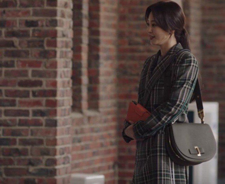 韓藝瑟在《Big Issue》中選拎Mutin卡其綠牛皮中型肩背包。圖/取自SB...